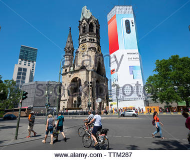 Cartel grande de Huawei en iglesia en Berlín, Alemania Imagen De Stock