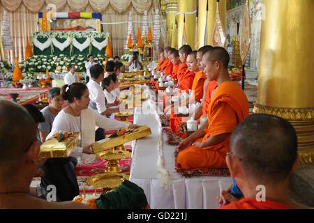 Asentado de monjes budistas cantando y lectura de oraciones en una ceremonia, el Wat Ong Teu templo budista, en Imagen De Stock