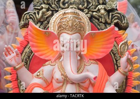 SSK - 35156 Un portriat de un ídolo de un elefante encabezada dios hindú señor Ganesh con grandes orejas mantenidos para la venta durante el festival Ganpati Pune, Maharashtra, India Asia el 29 de agosto de 2014 Imagen De Stock