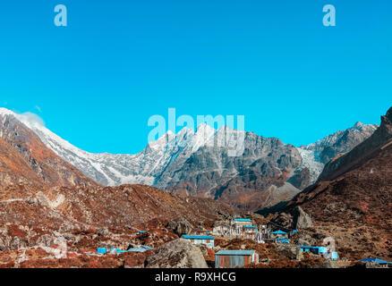 Hermoso paisaje de la aldea Kyanjin Gompa con el Langtang Lirung glaciar en el fondo Imagen De Stock