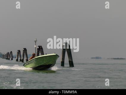 Lancha navegando sobre el gran canal, la región del Veneto, Venecia, Italia Imagen De Stock