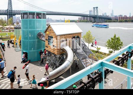 Parque infantil diseñado por el artista Mark Reigelman para parecerse a una refinería de azúcar. Domino Park, Brooklyn, Estados Unidos. Arquitecto: James Corne Imagen De Stock