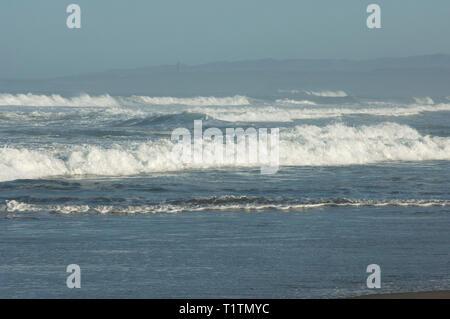 Olas en la playa de Surf cerca de Lompoc, California central coast. Fotografía Digital. Imagen De Stock