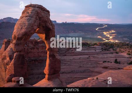 El arco delicado al atardecer, el Parque Nacional de Arches, en Utah, Estados Unidos Imagen De Stock
