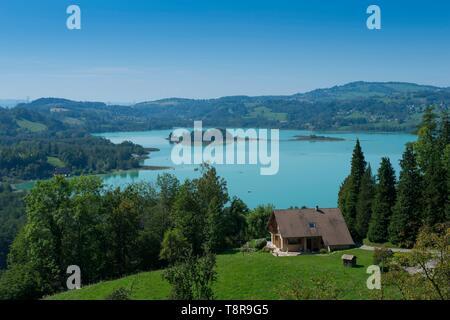 Francia, Savoie, Lago Aiguebelette vista general desde la orilla oriental y las dos islas Imagen De Stock