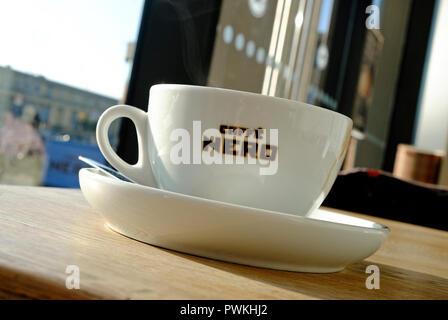 Taza de cafe nero en una mesa de café en el café Imagen De Stock