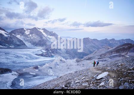 Excursionista amigos mirando glaciar, Mont Cervin, Cervino, Valais, Suiza Imagen De Stock