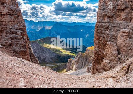 Paso Pordoi en los Dolomitas alpes con vista al valle. Imagen De Stock