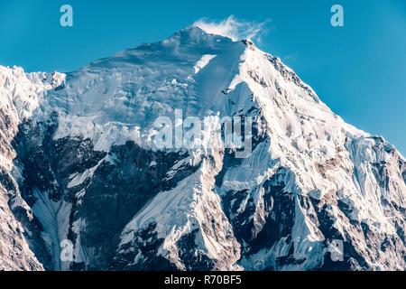 En la cumbre de la montaña del macizo del Parque Nacional Valle de Langtang en Nepal. Imagen De Stock