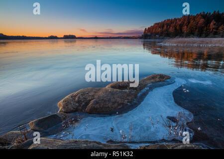 Amanecer en invierno en el lago Vansjø Hvalbukt, Østfold, Noruega. Imagen De Stock