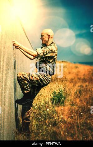 Joven soldado en campos Imagen De Stock