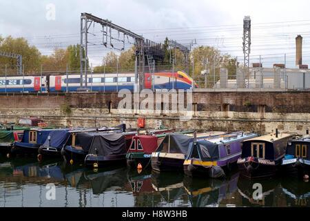 El Regents Canal en St Pancras en Londres. Una locomotora desde East Midlands Trains además de una cuenca hidrográfica Imagen De Stock