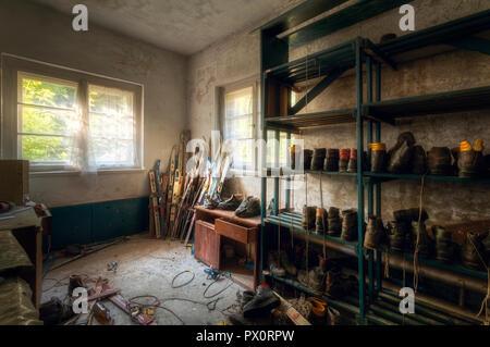 Vista interior de la estación de esquí de almacenamiento en un hotel abandonado en Alemania. Imagen De Stock
