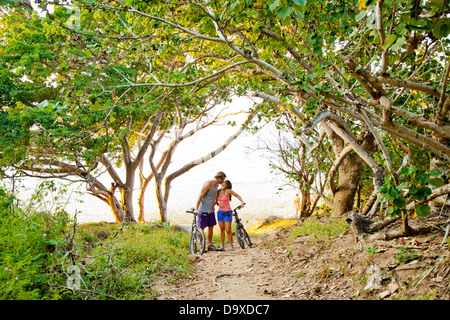 Par de montar en bicicleta en la ruta a la playa Imagen De Stock