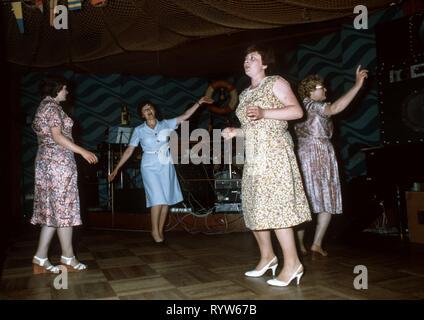 La Hafenbar (Harbour bar) abrió en Berlín Oriental en 1967, en un ambiente marítimo: pintado portillas, red de pesca, iluminado mapa del mundo, el pez sierra y cabeza de cocodrilo de peluche. El jueves en la noche hubo damas de noche, las mujeres solamente. Circa 1982 Imagen De Stock