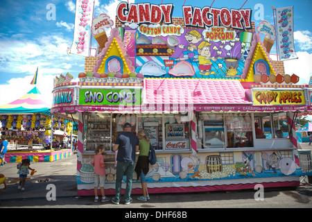 Las personas que compran las manzanas de caramelo en la Feria del Estado de Nuevo México. Imagen De Stock