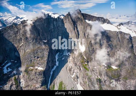 Vista aérea sobre una parte del valle Romsdalen, Møre og Romsdal, Noruega. Los 3000 pies verticales de pared Troll está en la sombra justo a la izquierda del centro. Imagen De Stock
