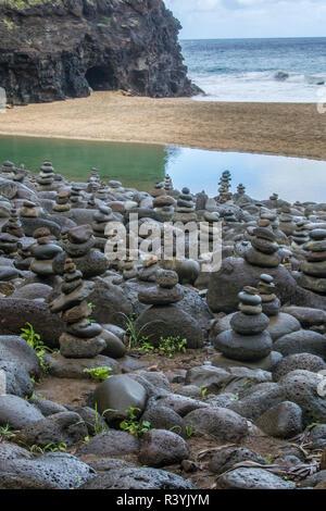 Hawaii, Kalalau Trail, Kauai Napali, Costa Napali State Park, Océano Pacífico, rock Cairns Imagen De Stock