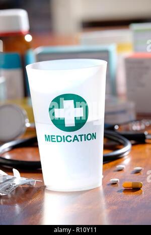 Bloqueo de medicación de plástico sobre la mesa del médico Imagen De Stock