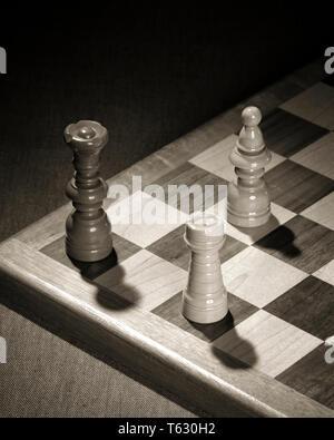 1960 jaque tres piezas de ajedrez demuestran oponerse a rey negro celebrado en casilla amenazada con la captura por el obispo BLANCO Y ROOK - s15260 HAR001 HARS AMENAZADO ESCAPAR ROOK JAQUE MATE simbólico conceptos opuestos OBISPO SOLUCIONES DE CAPTURA EN BLANCO Y NEGRO HAR001 antiguo personificación representación Imagen De Stock