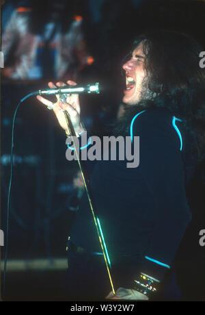 LONG BEACH, CA - 20 de noviembre: el cantante Ian Gillan de Deep Purple en conciertos en Long Beach Arena el 20 de noviembre de 1974 en Long Beach, California. Imagen De Stock