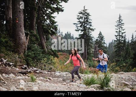 Par de senderismo en el bosque Imagen De Stock