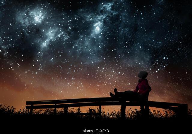 Chica observando las estrellas en el cielo nocturno Fotografía de stock -  Alamy