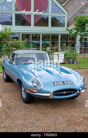 Vintage 1963 Jaguar e type voiture à Daylesford Organic farm shop festival d'été. Daylesford, Cotswolds, Gloucestershire, Angleterre. Photo Stock