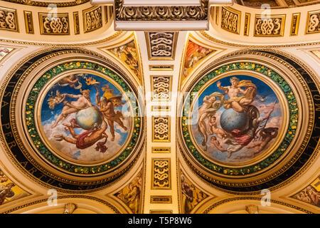 L'Angleterre, Londres, Knightsbridge, Victoria and Albert Museum, l'escalier en céramique, décorations de plafond par Frank Moody Photo Stock