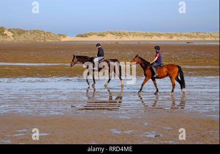 L'équitation sur holkham beach, North Norfolk, Angleterre Photo Stock