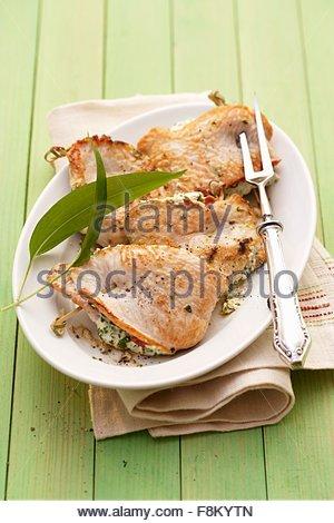 Escalopes de poulet farcies à l'ail sauvage ramsons (crème) Photo Stock