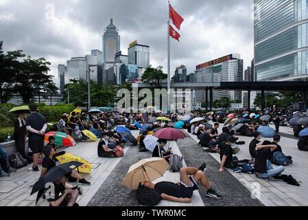 Rassemblement des manifestants vu autour de près de l'un des drapeaux de Hong Kong et de la République populaire de Chine avant la manifestation commence malgré le chef de la carrie Lam a tenté d'atténuer les tensions en acceptant de suspendre le controversé projet de loi sur l'extradition, des groupes d'étudiants et de l'union a continuer la protestation contre le gouvernement de Hong Kong. Les manifestants ont demandé le retrait de la controversée LOI SUR L'extradition, la libération et la non-poursuite des gens arrêtés en raison de la cause, de savoir si une force excessive a été utilisée par la police le 12 juin, et la démission de Carrie Photo Stock