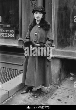 Margaret Sanger en dehors de sa clinique de contrôle des naissances dans la région de Brownsville, à Photo Stock
