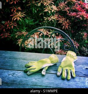 Gants de jardinage sur une table Photo Stock