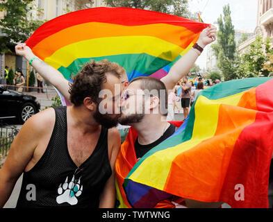 Les participants au cours d'un baiser gay pride parade ou mars de l'égalité dans le centre-ville de Kiev.Plusieurs milliers de militants gays et lesbiennes et d'associations ont défilé dans le centre de la capitale de l'Ukraine pour la pride parade annuelle. Photo Stock