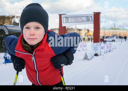 Jeune garçon sur skies Photo Stock