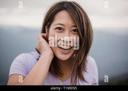 Portrait jeune femme confiante, heureuse Photo Stock