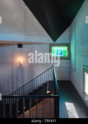 Escalier d'acier en porte-à-faux et les vitrages enduits de résine par l'artiste irlandais Patrick Scott. Pálás Cinéma, Galway, Irlande. Architecte: dePaor, 2017. Photo Stock