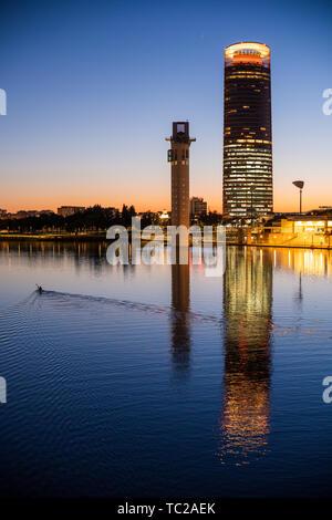 Canoéiste sur la rivière Guadalquivir, en face de Schindler et tours Sevilla, Séville, Espagne. Photo Stock