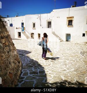 Femme marche dans la rue, l''île d''Antiparos Antiparos, Grèce Photo Stock