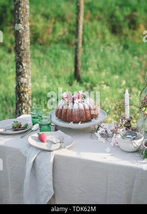 Gâteau bundt de noix de coco au citron avec des fraises sur le dessus Photo Stock