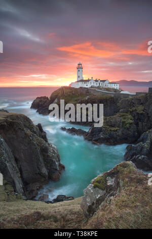 Fanad Head Lighthouse pendant un beau lever de soleil. Photo Stock