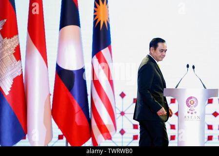 Premier Ministre de la Thaïlande Prayuth Chan-ocha assiste à la cérémonie d'ouverture 34e Sommet de l'ASEAN à Bangkok. Le sommet de l'ASEAN est une réunion semestrielle tenue par les membres de l'Association des nations de l'Asie du Sud-Est (ANASE) dans les domaines économique, politique, sociale et de sécurité-développement culturel des pays d'Asie. Photo Stock