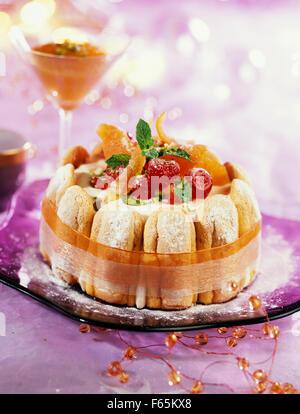La crème glacée, les nougats et fruits confits charlotte Photo Stock