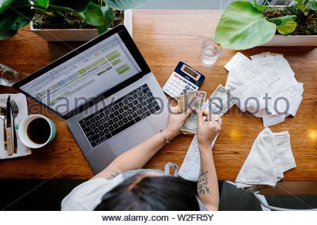 Vue de dessus serveuse dans restaurant conseils de comptage Photo Stock