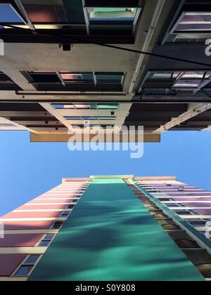 Grands bâtiments colorés contre un ciel bleu Photo Stock