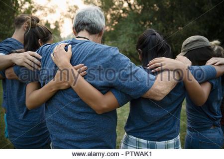 Les bénévoles hugging in huddle Photo Stock