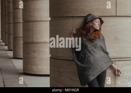 Carefree woman leaning on pilier Photo Stock