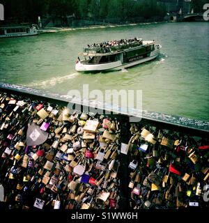 L'amour des verrous sur Pont des Arts au-dessus de Seine à Paris Photo Stock