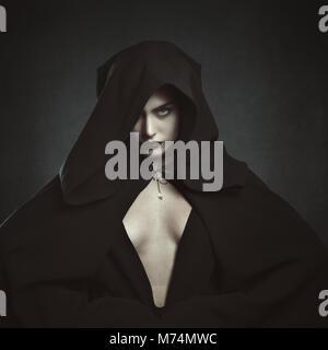 À capuchon femme mystérieux vampire. Halloween et gothique Photo Stock